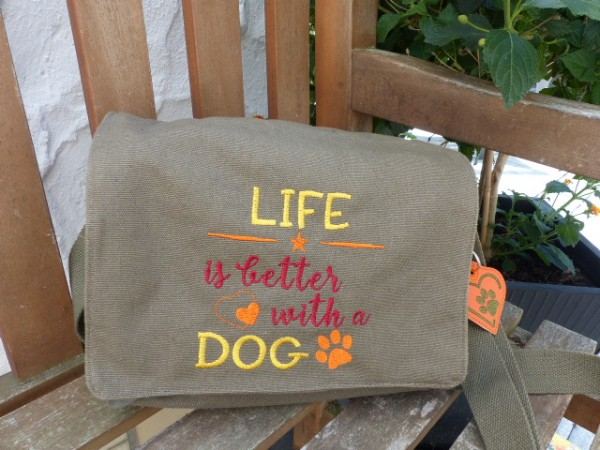 Schultertasche Life is better with a dog