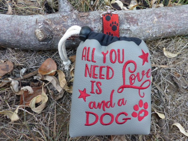 Leckerlie-Beutel mit Stickerei - Spruch All you need ist Love and a dog