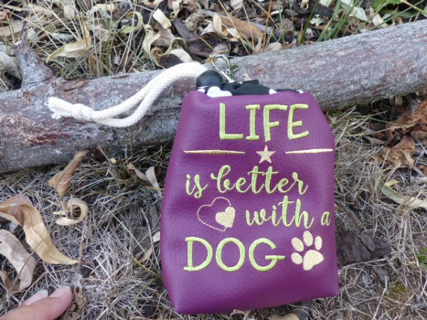 Leckerlie-Beutel mit Stickerei - Spruch Life is better with a dog